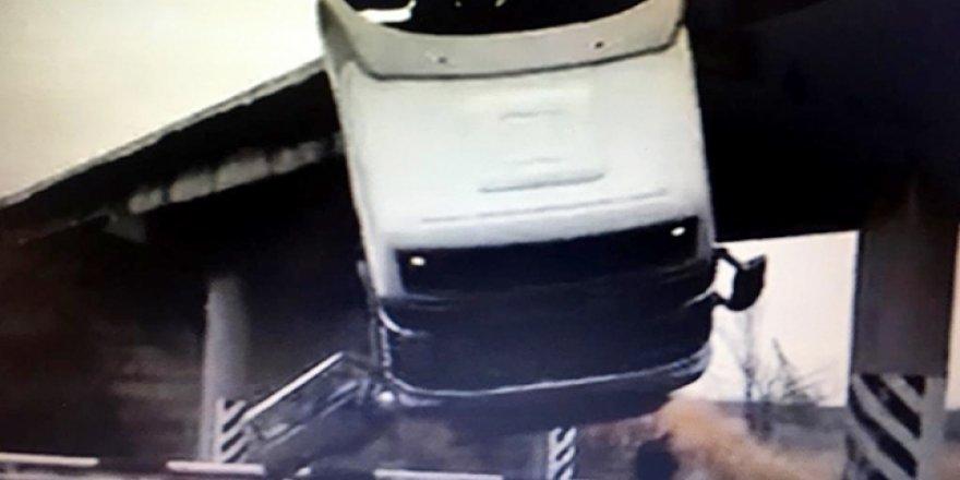 Freni boşalan kamyon köprüde asılı kaldı