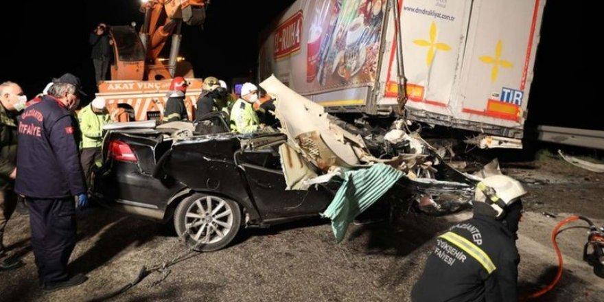 Gaziantep'te feci kaza! TIR'a çarpan otomobil kullanılmaz hale geldi: 2 ölü