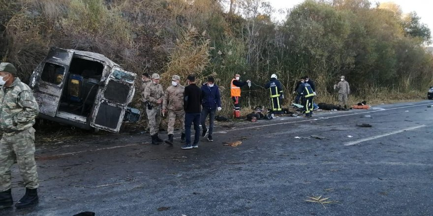 Göçmenleri taşıyan minibüs devrildi: 2 ölü, 22 yaralı