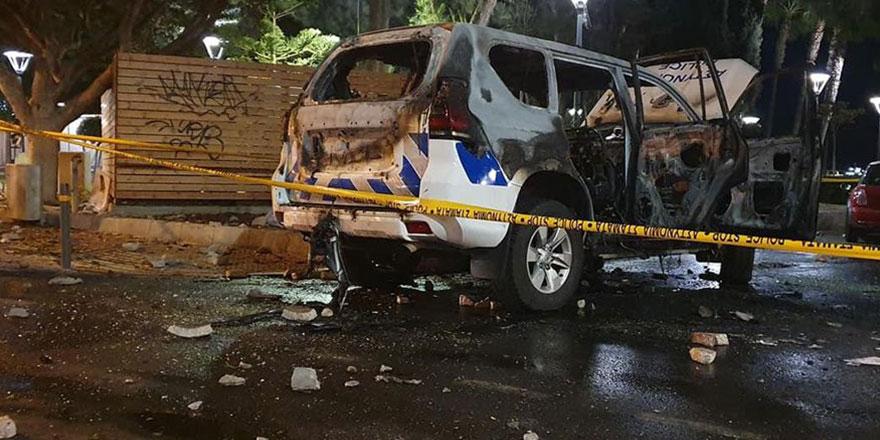 Güney Kıbrıs'ta halk sokağa indi, araçlar ateşe verildi