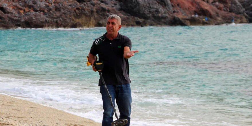 Havaların soğumasıyla sahilde dedektörle altın aramaya başlıyor