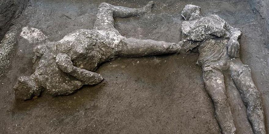 Helak olan Pompei şehrinde yapılan kazılarda külle kaplı 2 yeni cesede ulaşıldı