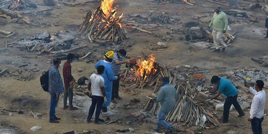 Hindistan'da krematoryumlarda yer kalmadı, ölenler sokaklarda yakılıyor