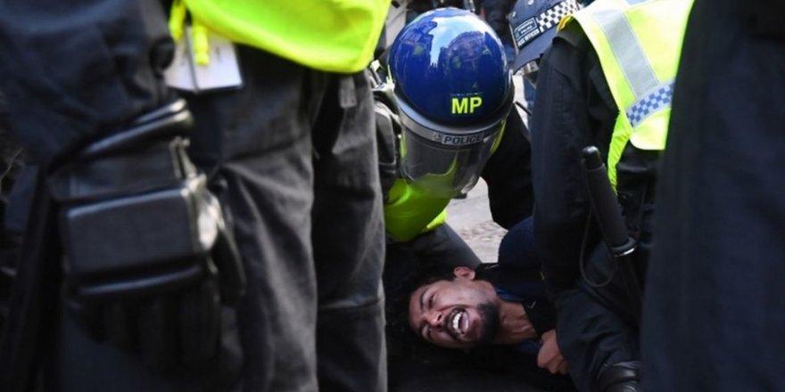 İngiltere'de Covid-19 protestosunda çok sayıda gözaltı