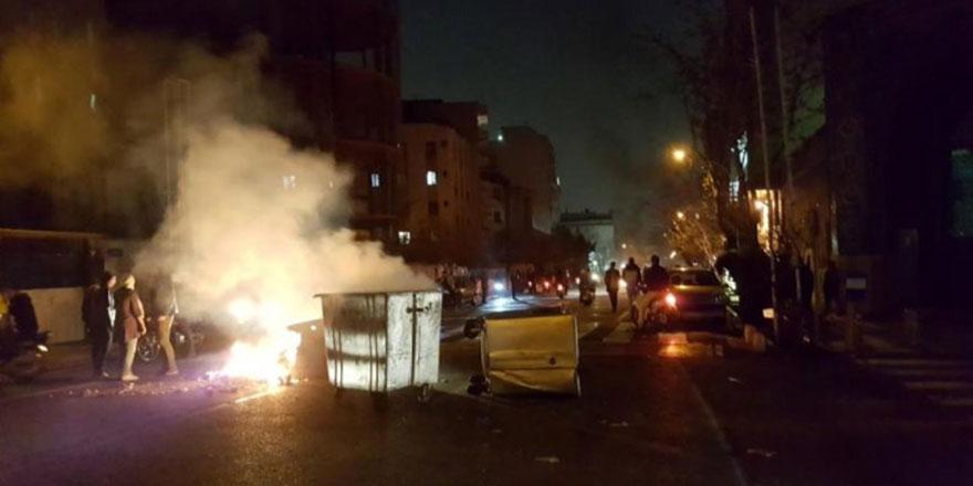 İran'da göstericiler polise ateş açtı: 1 ölü, 3 yaralı