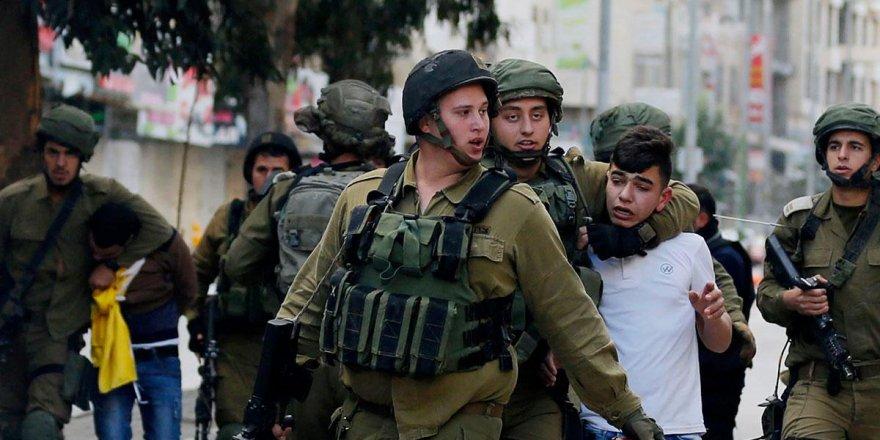 İşgalci İsrail ordusundan top oynayan çocuklara gözaltı