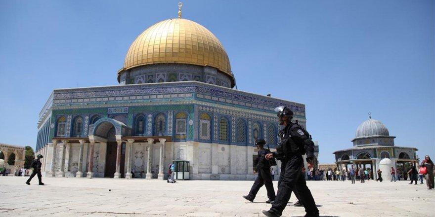 İsrail askerleri Mescid-i Aksa'da Filistinlilere saldırdı!