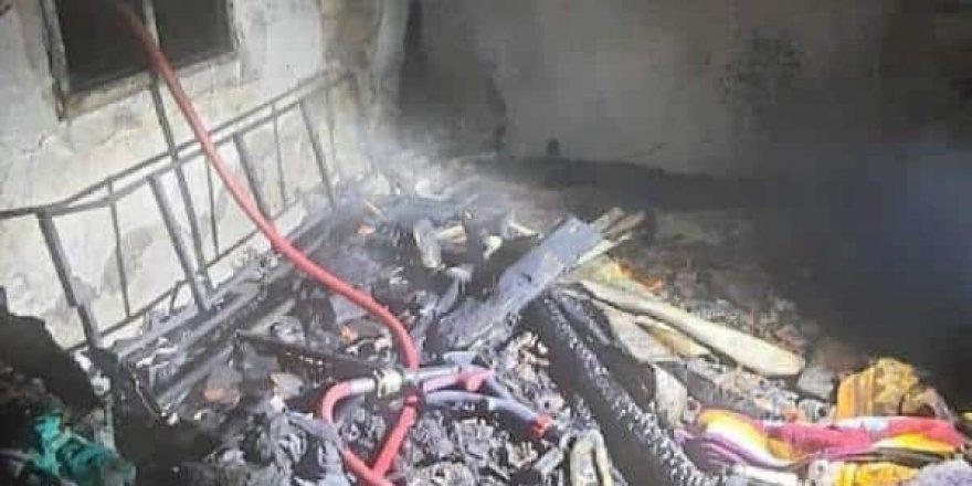 İzmir'de tek katlı bir ev yanarak kül oldu