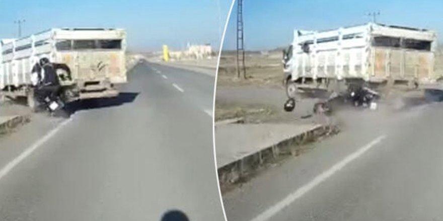 Kars'ta motosikletle kamyona çarpan polis memuruağır yaralandı