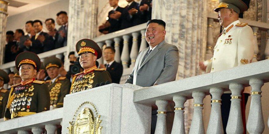 Kim Jong-Un yeni füzelerini sergiledi