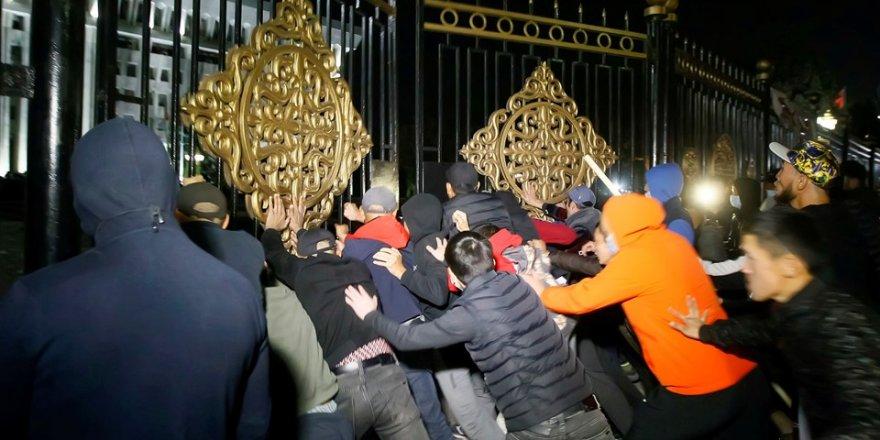 Kırgızistan'da protestocular Saray kapısına dayandı