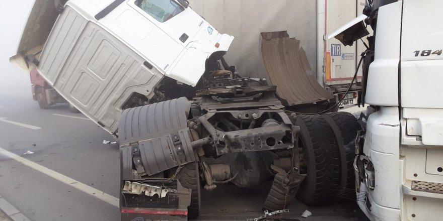 Konya'da sis nedeniyle 2 ayrı kazada birçok araç birbirine girdi
