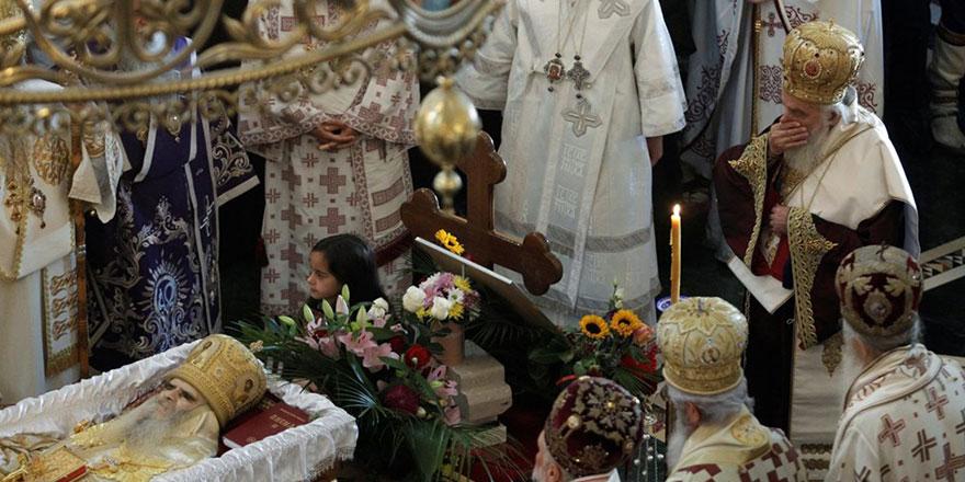 Koronalı papazın ölüsünü öpmüşlerdi! Haberleri gelmeye başladı