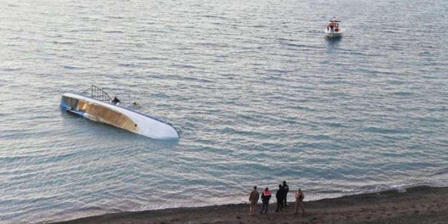 Liberya'da yolcu taşıyan tekne alabora oldu!