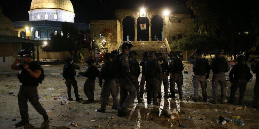 Lid kentinde Yahudiler camideki Filistinlilere silahla saldırdı