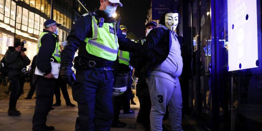 Londra'da karantina protestolarında gözaltı sayısı artıyor