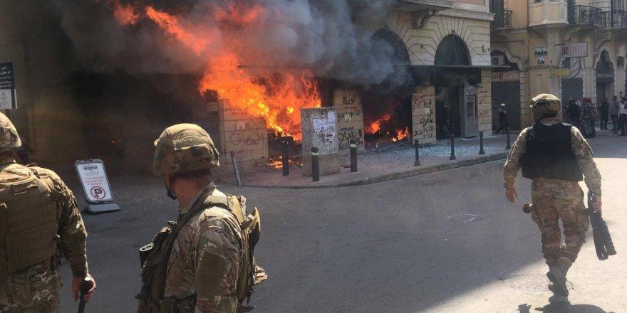 Lübnan'da protestocular bankaları ateşe verdi