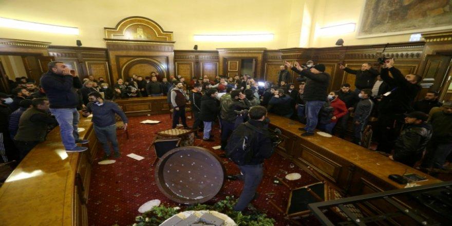 Meclis başkanı linç edildi; Paşinyan'ın eşyaları çalındı