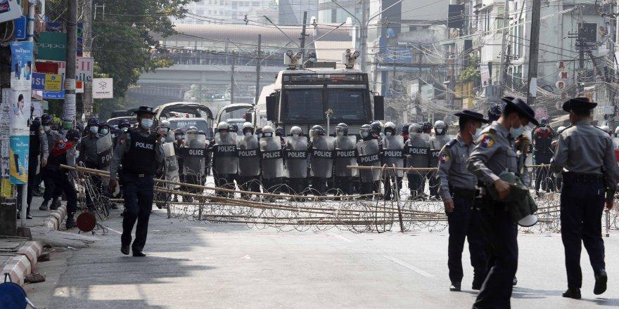 Myanmar polisi, darbe karşıtı protestoculara tazyikli su kullanıyor