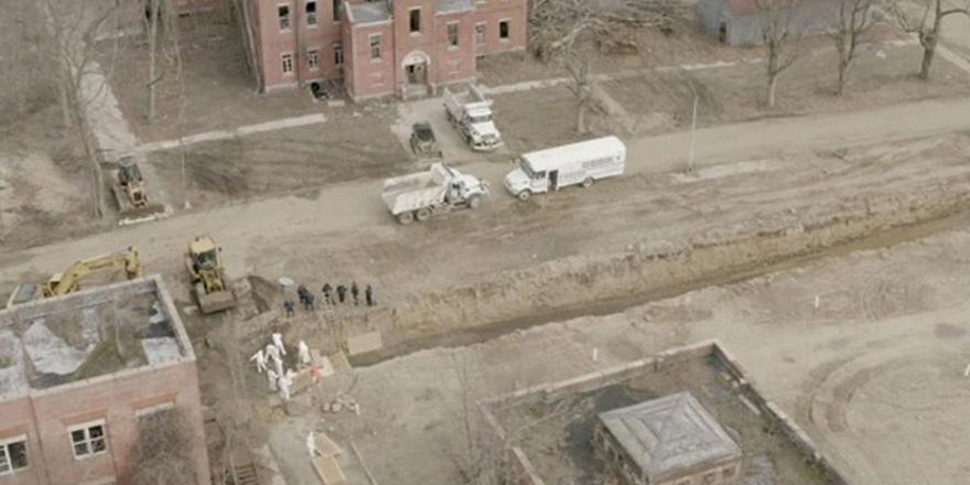New York'ta mahkumlar toplu mezar kazıyor