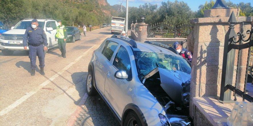 Otomobil bahçe duvarınaçarptı: 3 ölü, 1 yaralı!