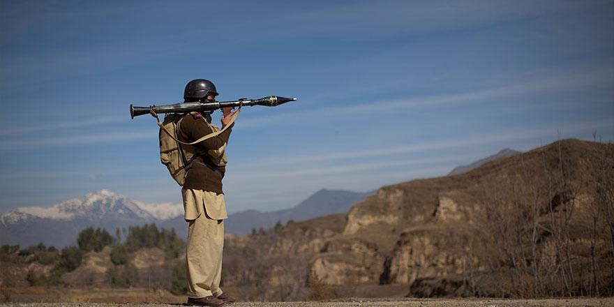 Pakistan, Afganistan sınır karakollarını hedef aldı