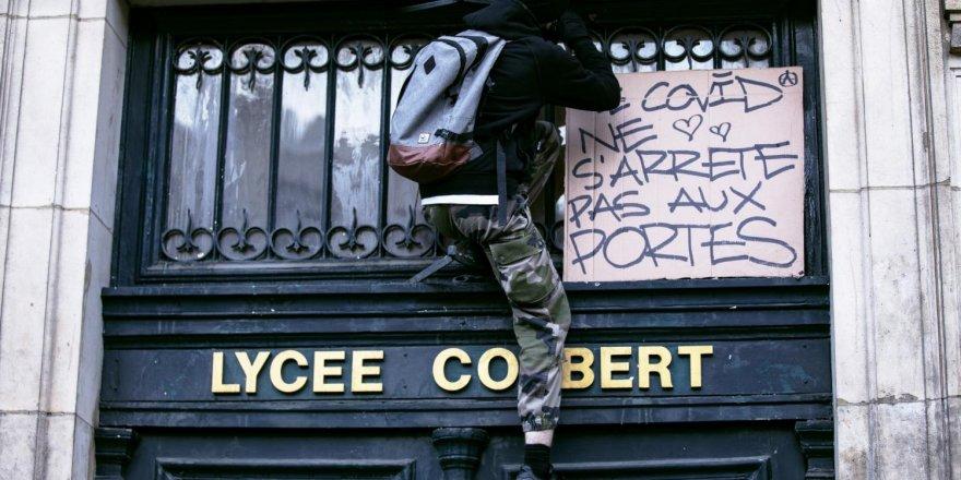 Paris sokaklarında polisle öğrenciler arasında arbede