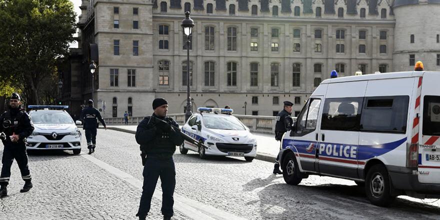 Paris'te camide silahlı saldırı