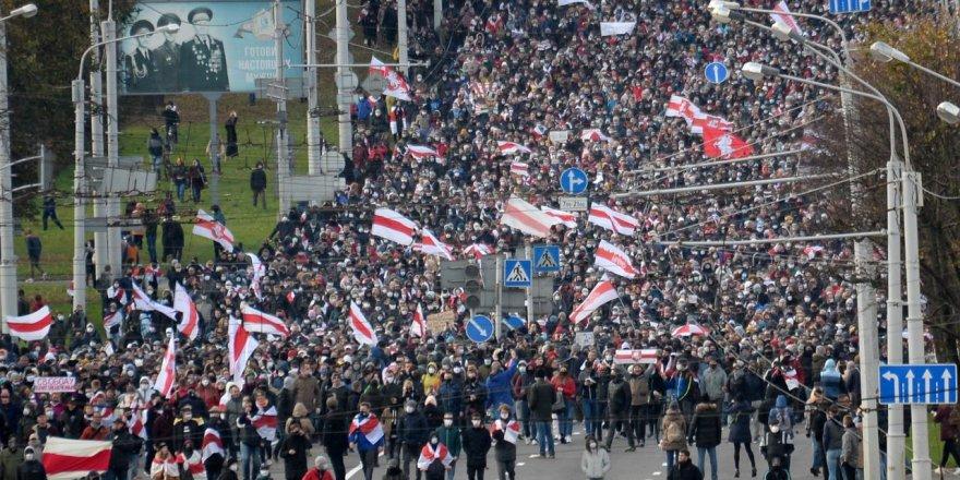 Polisin ateş açma tehditine rağmen Belarus'ta on binler yine sokaklardaydı