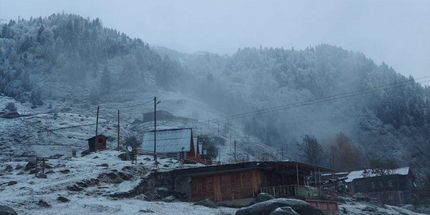 Rize dağları beyaza büründü, kar yağışı etkili oluyor