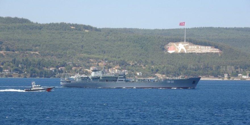 Rus savaş gemisi Andreevsky Çanakkale Boğazı'ndan geçti