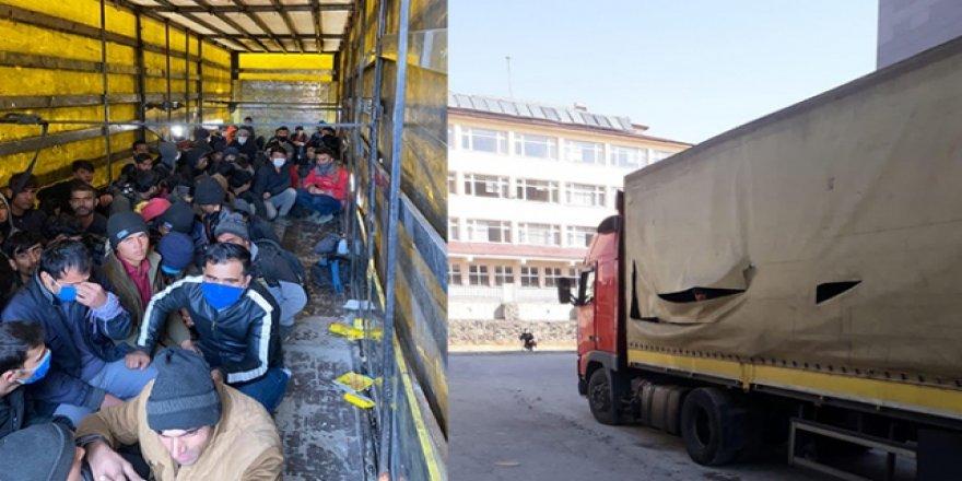 Sahte gümrük mührü ile kapatılan tırdan kaçak göçmenler çıktı