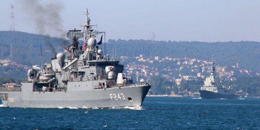 Savaş gemileri peş peşe geçti