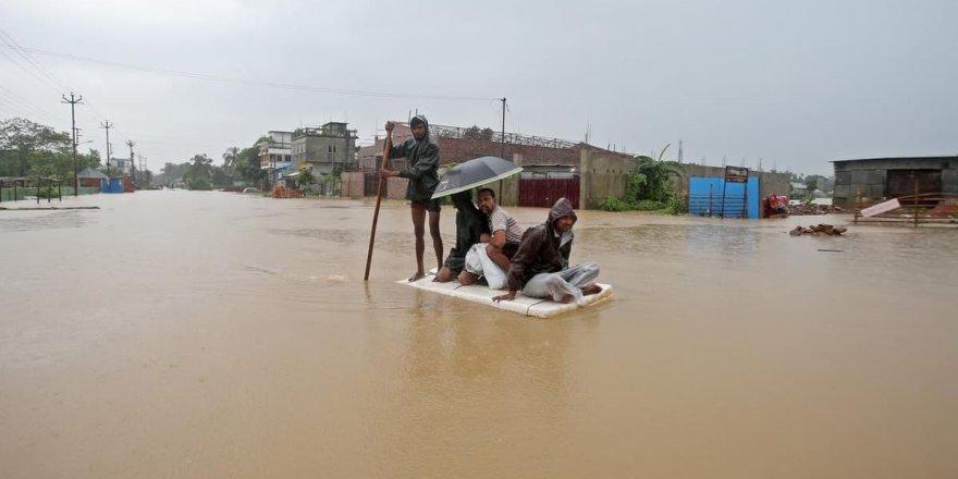 Sel felaketi yaklaşık 300 bin kişiyi yerinden etti