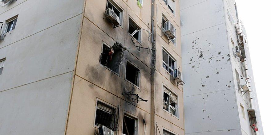 Siyonist İsrail, Gazze'de sivillere ait binayı vurdu: Ölü sayısı 25'e yükseldi
