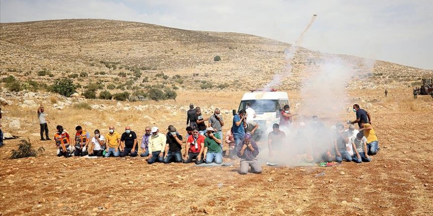 Siyonistler, Batı Şeria'da namaz kılan Filistinlilere göz yaşartıcı gazla saldırdı