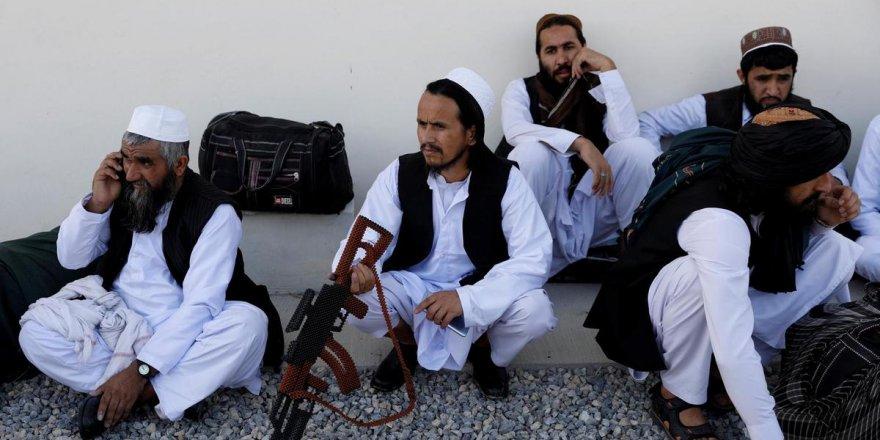 Taliban'dan kaçan 134 Afgan askeri Tacikistan'a sığındı