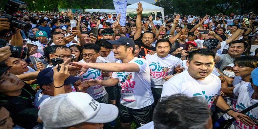 Tayland'da binlerce kişi darbeden bu yana gerçekleştirilen en büyük eylemde bir araya geldi.