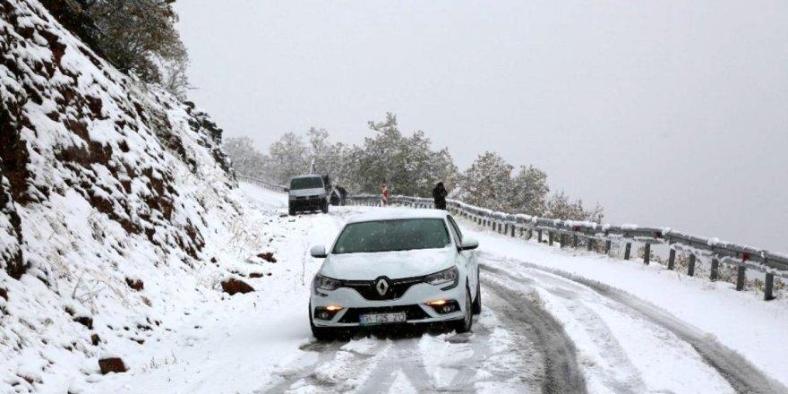 Tunceli'ye yılın ilk karı düştü: 31 köy yolu ulaşımakapandı