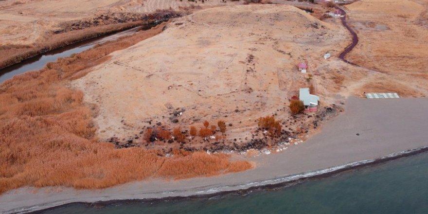 Van gölü çekildi; Urartulara ait liman ortaya çıktı