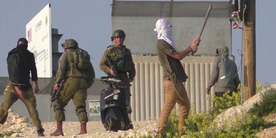 Yahudi siviller, İsrail askeri ile birlikte Filistinlilere saldırdı