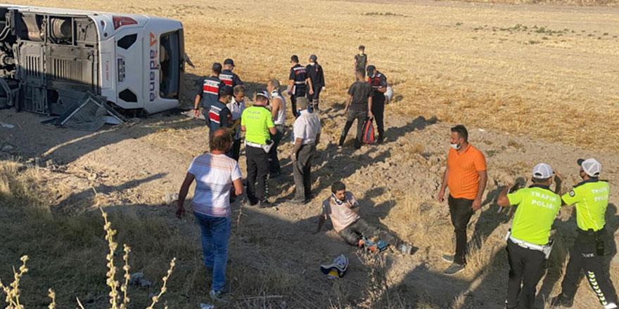 Yolcu otobüsü yoldan çıkarak devrildi: 30 yaralı