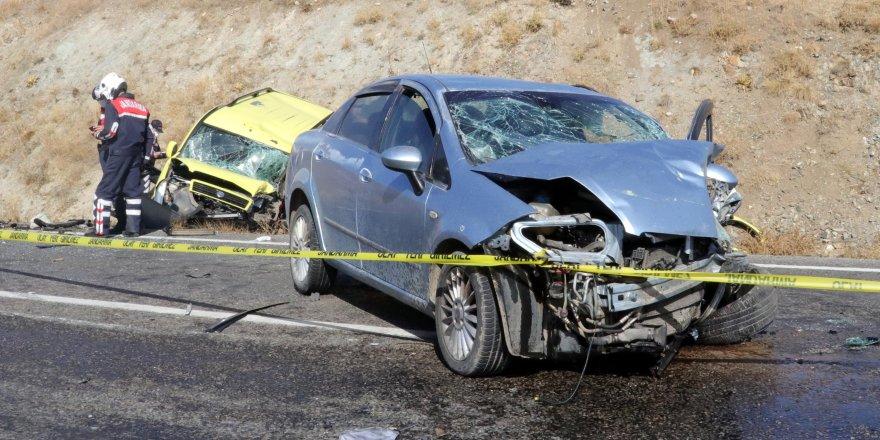 Yozgat'ta ikiotomobil kafa kafaya çarpıştı. Ölü ve yaralılar var