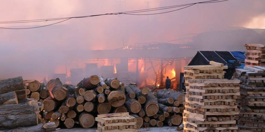 Yozgat'ta kereste fabrikası yandı