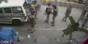 Hindu polisinin saldırı öncesi kameraları kırma görüntüleri