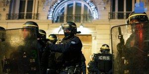 Eylemciler Macron'un bulunduğu tiyatro salonuna girmek istediler
